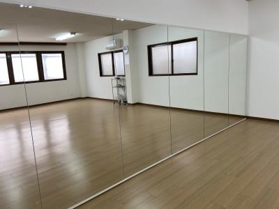 縦1.8m、横5.4mの大型ミラーを設置しています。 - ダンススタジオFAMFAM レンタルスタジオの室内の写真