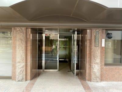 建物の入り口です。 自動ドアから入り、右手すぐにスペースの入り口があります。 - メイスントレーニングスタジオ目白 大きな鏡のあるスタジオスペースの入口の写真