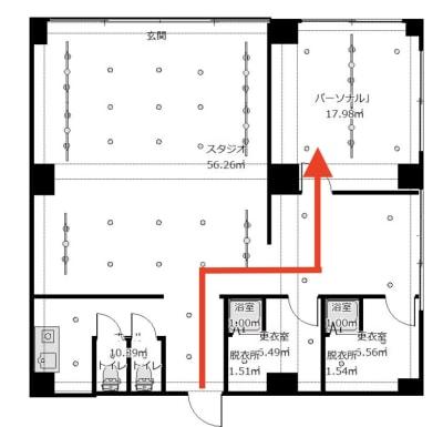入室してダンススペースを横切り、右手奥にジムスペースがあります - メイスントレーニングスタジオ目白 ジムスペース マッサージベット有の入口の写真