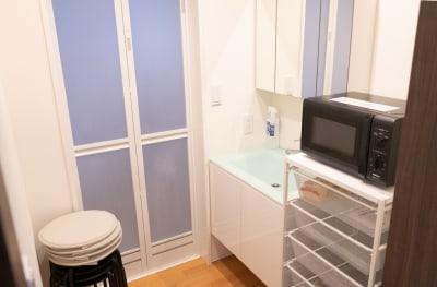シャワーとお風呂があります。シャンプー、石鹸等はありません。各自お持ち下さい。椅子が4つ奥にあります。 - アールズ101 アールズ101レンタルスペースの室内の写真