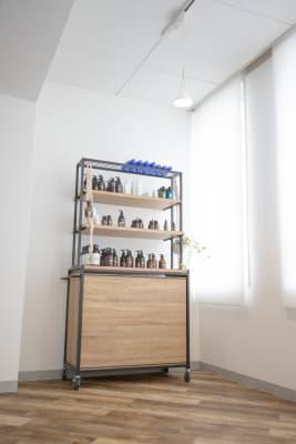 商品展示用のラック - シックスクリエイティブスタジオ レンタルスタジオの設備の写真