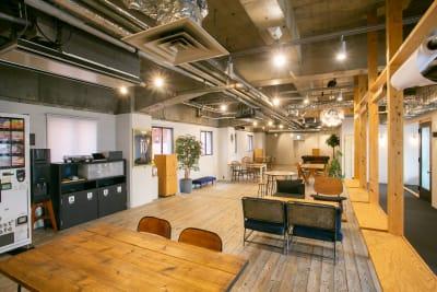 テーブル&椅子はご自由にご利用頂けます。 テーブル×6 椅子×24 (長机×2) - teniteo シェアオフィス【3名様用】の室内の写真