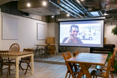 250cm×150cmの大きなスクリーン完備(ご利用は無料) - teniteo シェアオフィス【4名様用】の室内の写真