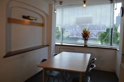 会議スペースとしてご利用ください。絵画や写真の展示会としてもご利用いただける照明も完備 - ヤマハウイング北勢堂ビル内 多目的スペース・貸し会議室の室内の写真