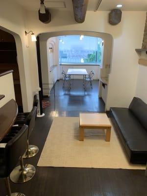 前方が会議スペース、後方はソファーがあり、ゆったりとご利用いただけます - ヤマハウイング北勢堂ビル内 多目的スペース・貸し会議室の室内の写真