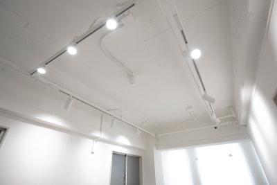 調光機能付きのLED照明  - シックスクリエイティブスタジオ レンタルスタジオの設備の写真