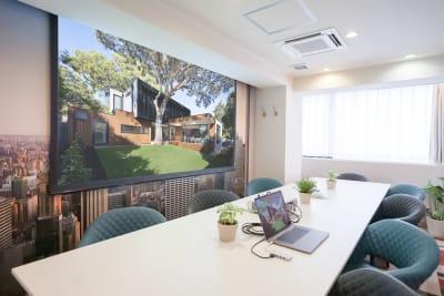100インチスクリーンの使用イメージ(オプション) - Feel Osaka Yu クリエイティブスペースの室内の写真