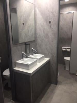 ご利用いただける共用トイレです。 - AH Sound proof B1 防音ルーム(鏡あり)の室内の写真