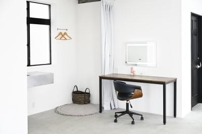 メイク&フィッティングスペース。壁にはLED付きミラーが設置され、サイドにはカーテンで仕切れる着替えスペースがあります。 - モ'ベター スタジオ フォトスタジオの室内の写真