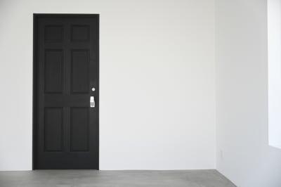 スタジオ事務所のドアは黒いウッドのドアにワンタッチハンドルがアクセント。そのまま背景としても使えます。 - モ'ベター スタジオ フォトスタジオの室内の写真