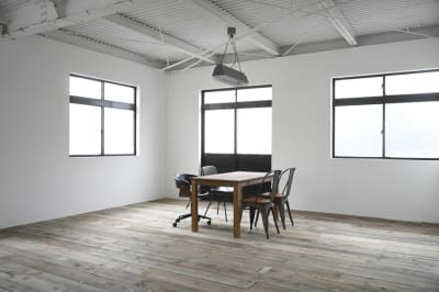 照明も写真に映り込んでも画になるコンプトンランプ。 - モ'ベター スタジオ フォトスタジオの室内の写真
