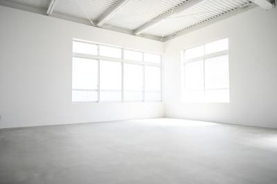 モルタルスペース。天井、壁、窓枠は全て白く光回りも良くモルタル床でシンプルな背景で撮影しやすいです。 - モ'ベター スタジオ フォトスタジオの室内の写真