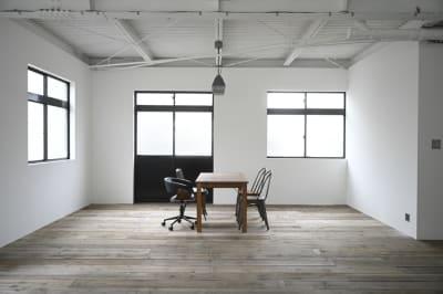 ウッドスペース。床材には杉板の足場板を使い、白い壁に黒い窓枠で落ち着いた空間。 - モ'ベター スタジオ フォトスタジオの室内の写真