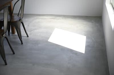 晴れた日は窓を開けると綺麗な光が差すので床で物撮りも可能です。 - モ'ベター スタジオ フォトスタジオの室内の写真