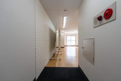 入り口はカーペットになっているため、ここで靴を脱いで、ご入室ください。 - レンタルスタジオKACHA レンタルスタジオの室内の写真