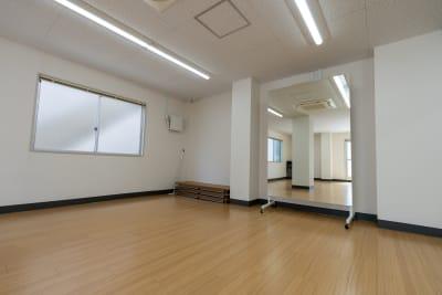 鏡は移動式になっており、4つの鏡を分けてもご利用いただけます - レンタルスタジオKACHA レンタルスタジオの室内の写真