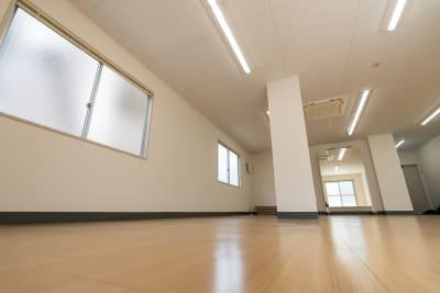 明るいトーンの色合いにしているため、スペース全体が明るく、気持ちよく練習をしていただけるよう、明るい色のフローリングになっています。 - レンタルスタジオKACHA レンタルスタジオの室内の写真