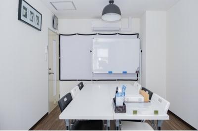 E-Lumi 京都三条 レンタルサロンroom U会議室の室内の写真