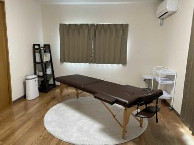 8畳半の施術ルーム(ウォークインクローゼット付き) - レンタルサロンvivi レンタルサロンの室内の写真