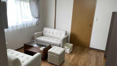 6畳のカウンセリングルーム(キッチン付き) - レンタルサロンvivi レンタルサロンの室内の写真