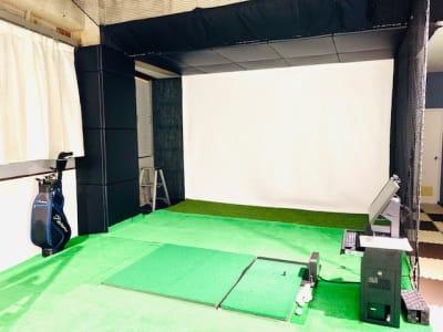 打席全体はステージになっており打席の順番になったら中央の芝の上で打っていただきます。 - ゴルフスタジオ Pau hana シミュレーションゴルフの室内の写真