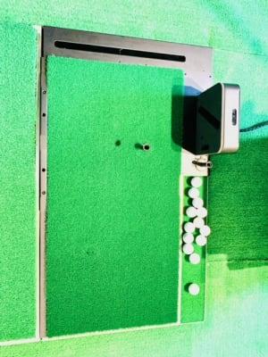 右の黒い機械でボールを検知します。 ドライバーを使用する時はティーの上にボールを置きます。 ドライバー以外は芝の黒い目印の上にボールを置いて打ってください。  - ゴルフスタジオ Pau hana シミュレーションゴルフの設備の写真