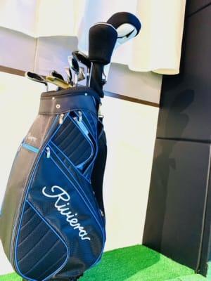 ゴルフクラブのレンタルは無料となっております。 必要な際にご活用ください。 (※持ち出しは禁止ですのでご注意ください。) - ゴルフスタジオ Pau hana シミュレーションゴルフの設備の写真