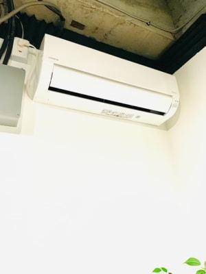 エアコン完備でいつでも快適空間でゴルフをお楽しみいただけます。 エアコンのリモコンは入口付近の壁に備え付けております。 - ゴルフスタジオ Pau hana シミュレーションゴルフの設備の写真