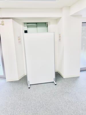 エレベーターの前にはペーテーションがあり、プライバシーを守ります - 馬喰町base レンタルスペースの室内の写真