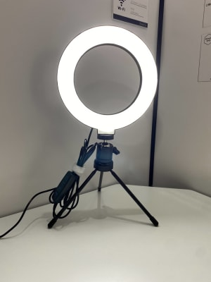 web会議やweb面接に便利なLEDリングライトを設置しております。 - RemoteBOX 神保町店 No.3の設備の写真