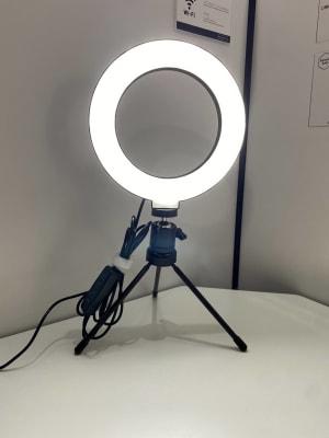 web会議やweb面接に便利なLEDリングライトを設置しております。 - RemoteBOX 神保町店 No.7の設備の写真