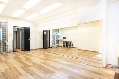完全防音なので楽器演奏も可能です(ドアを閉めてから演奏をお願いします) - StudioIrodori赤羽橋 スタジオIrodori赤羽橋の室内の写真