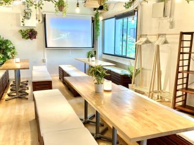【収容人数について】 当フロアは最大15~20名様がゆったりとご利用頂ける室内となっております。 同ビル系列店には広いフロアもございますので、お気軽に03-6416-9192までご相談下さい。 - 渋谷ガーデンルーム3F 渋谷ガーデンルーム3Fの室内の写真