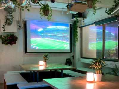 2面のプロジェクターでスポーツ観戦も! - 渋谷ガーデンルーム3F 渋谷ガーデンルーム3Fの室内の写真