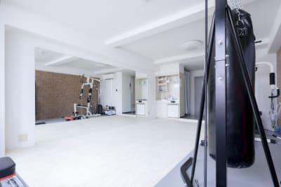全身鏡幅3.6m、高1.8m - セイコウ光袋町ビル 本格トレーニング&ダンススタジオの室内の写真