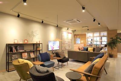 ゆっくりとしたい時はソファスペースをご利用ください。 - THE STAY OSAKA コワーキング・多目的スペースの室内の写真