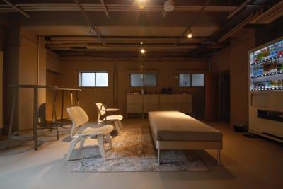 地下:コーヒーマシン、自動販売機 - GOODOFFICE品川 会議室の設備の写真