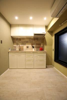 一階キッチン共用スペース、洗濯機、洗濯乾燥機あり、トイレあり - LA.PRIMERA  多目的スペースの設備の写真