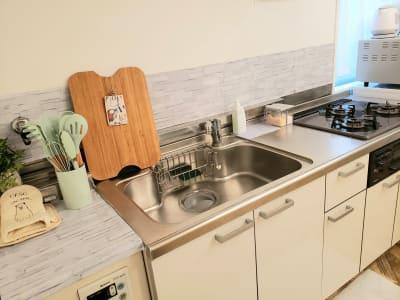 3口キッチンでみんなでお料理も楽しめます♪ - カルペディエム池袋 撮影・キッチン利用に!広さ30㎡の室内の写真