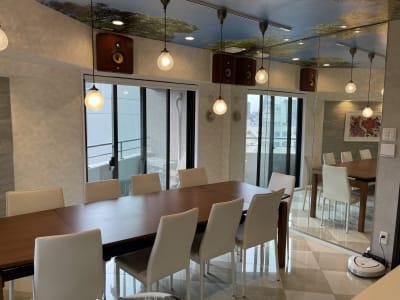 マンションの最上階角部屋で大きな窓が3つあり、通風・最高抜群。断熱・防音施工済みなので、静かに快適にお使いいただけます。 - 水天宮スタジオ キッチン付きレンタルスタジオの室内の写真