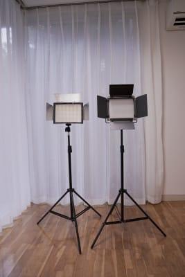 【調光可能LEDビデオライト】右側 LED数量:660個 パワー:40W ルーメン:3360Lux/m 調光範囲:1%-100% 色温度調整範囲:3200-5600K 高さ:~ 204cm 【LEDビデオライト 】左側 LED数量:600個(白色) パワー:36W 光束:4680LM 調光不可 色温度:5600K 高さ:~ 204cm  - BPstudio 撮影スタジオ・貸しスペースの設備の写真