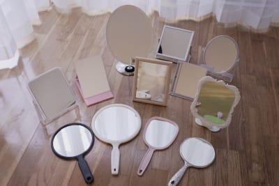 手鏡、置き鏡は計30枚。無料貸し出し中!レッスン、オーディションなどにご利用ください。※予約時にリクエストをお願いします - BPstudio 撮影スタジオ・貸しスペースの設備の写真