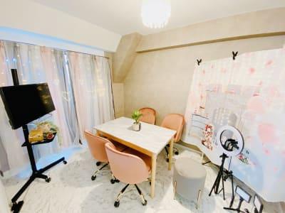 会議室利用可能。 配信設備多数有ります - 🎀リリー京橋駅前🎀駅徒歩3分 撮影特化/大型📺/24H/会議の室内の写真