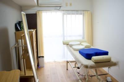 フットペダルですぐに最適なベッド高に調節できます。 - simple阿佐ヶ谷 施術専用レンタルサロンの設備の写真