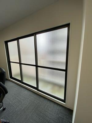 大きい窓で換気も十分にできます!  - 桜川駅徒歩1分 レンタル会議室 レンタルスペースの設備の写真