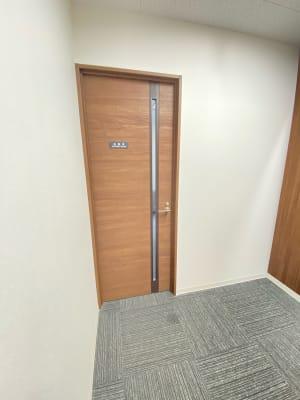 入口は扉が二重になっているので、プライベートな空間をしっかりと守ることができます! - 桜川駅徒歩1分 レンタル会議室 レンタルスペースの入口の写真