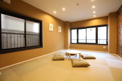 三階和室、テレビ1台、エアコン1基、シャワー、トイレあり - LA.PRIMERA  多目的スペースの設備の写真