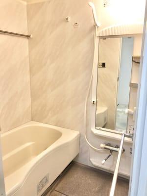 シャワー完備。 タオルやシャンプーなどはご準備ありませんので、ご利用の際は各自ご準備下さい。 - レンタルスタジオ フィットネスペースの設備の写真