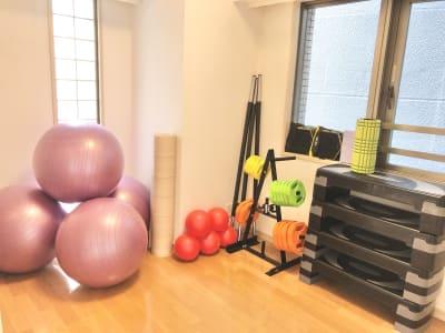 バランスボールやステップ、レップバーなどエクササイズ道具はご自由にご利用ください。 - レンタルスタジオ フィットネスペースの設備の写真