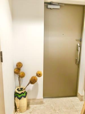 玄関。シューズボックスもご利用いただけます。 - レンタルスタジオ フィットネスペースの入口の写真